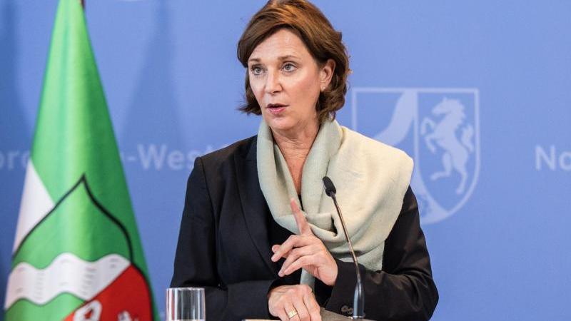 Yvonne Gebauer (FDP) gestikuliert. Foto: Marcel Kusch/dpa