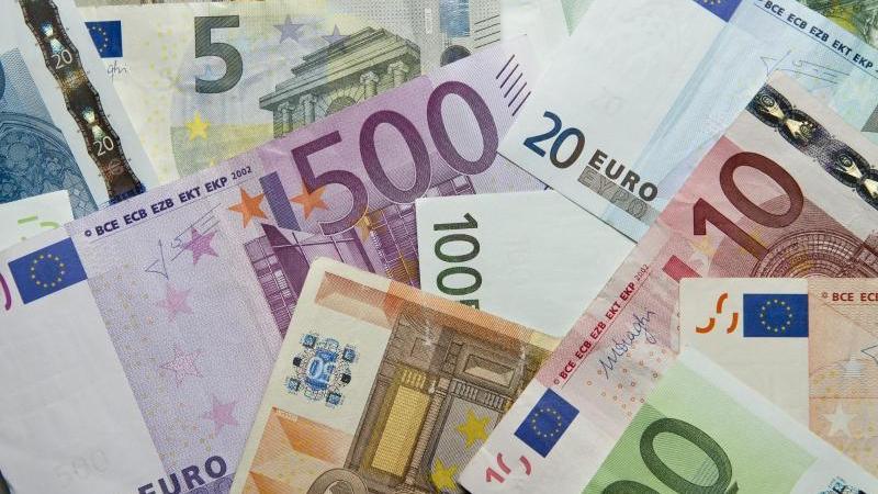 Zahlreiche Euro-Banknoten liegen auf einem Haufen. Foto: Daniel Reinhardt/dpa/Archivbild