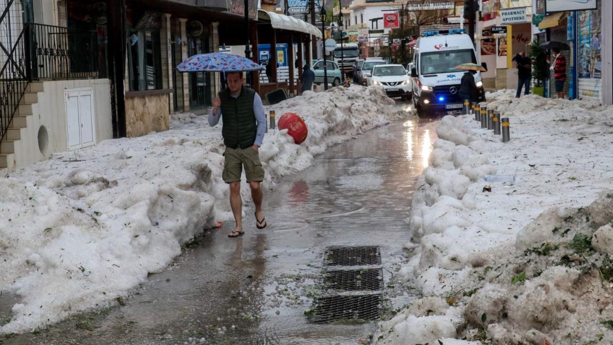 Nach einem heftigen Unwetter auf Kreta türmte sich der Hagel fast einen halben Meter hoch (Imago)