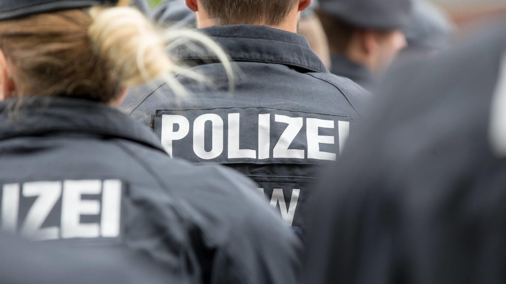 Polizisten einer Einsatzhundertschaft der Polizei NRW