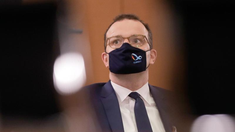 Bundesgesundheitsminister Jens Spahn (CDU)hat sich mit dem Coronavirus angesteckt. Wie das Gesundheitsministerium in Berlin mitteilte, ist er am frühen Mittwochnachmittag positiv auf das Virus getestet worden. Foto: Markus Schreiber/AP-Pool/dpa