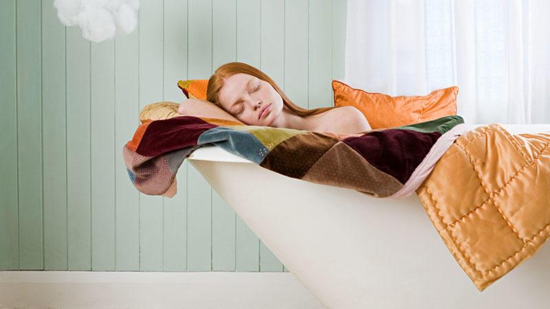 Eine junge Frau schläft in der Badewanne - ob sie sich so ihre Traumwohnung vorgestellt hat?