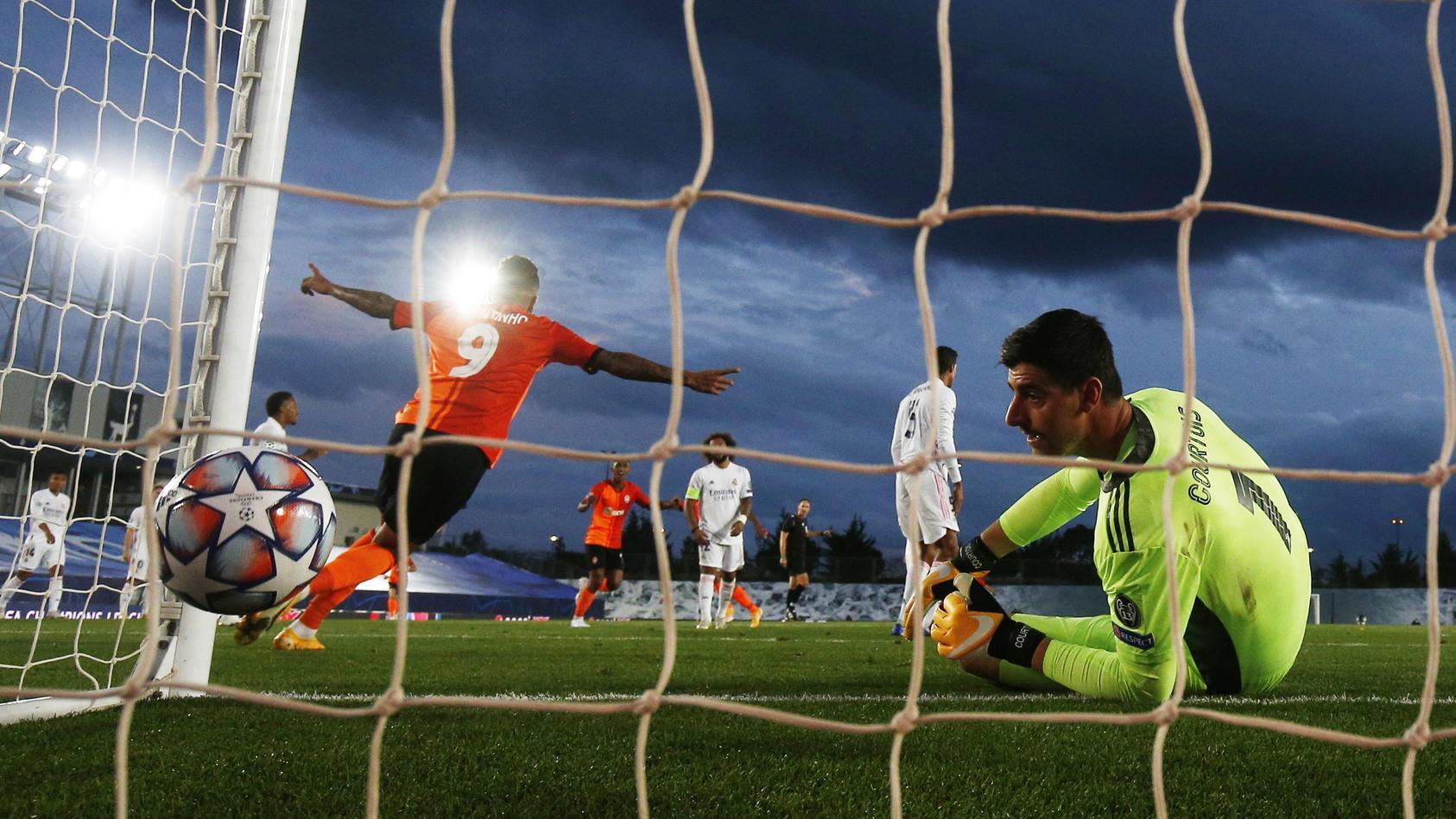 Real-Keeper Thibaut Courtois schaut geschlagen dem Ball hinterher.