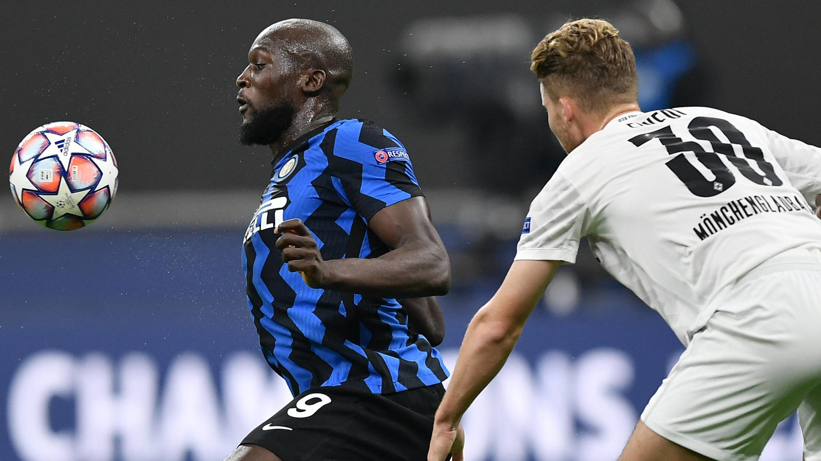 Romelu Lukaku nimmt den Ball an, rechts im Bild Gladbachs Nico Elvedi.