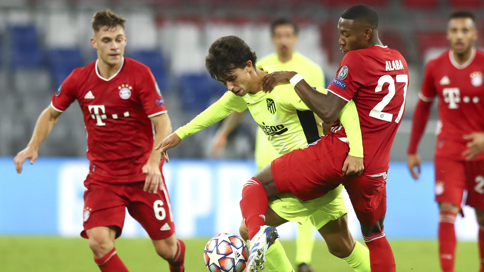 David Alaba attackiert Joao Felix. Links Joshua Kimmich.