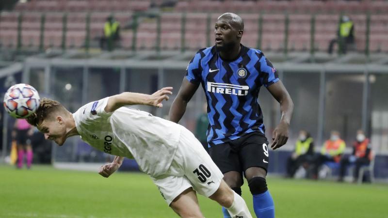 Doppeltorschütze Romelu Lukaku (r) rettete Inter Mailand einen Punkt gegen Borussia Mönchengladbach. Foto: Luca Bruno/AP/dpa