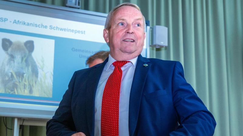 Till Backhaus (SPD),Landwirtschaftsminister von Mecklenburg-Vorpommern, steht im Ministerium. Foto: Jens Büttner/dpa-Zentralbild/dpa