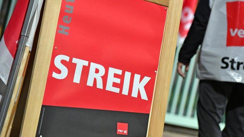 """""""Streik"""" steht auf einem Plakat. Foto: Martin Schutt/dpa-Zentralbild/dpa/Symbolbild"""