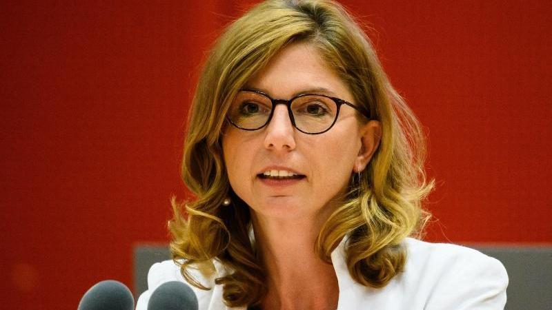 Sabine Bätzing-Lichtenthäler (SPD), Sozialministerin in Rheinland-Pfalz, spricht. Foto: Andreas Arnold/dpa/Archivbild