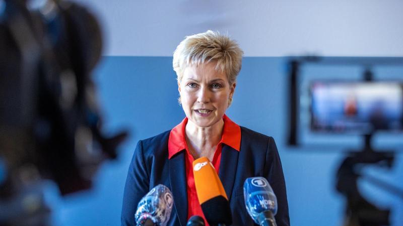Manuela Schwesig (SPD), Ministerpräsidentin von Mecklenburg-Vorpommern, gibt ein Pressestatement. Foto: Jens Büttner/dpa-Zentralbild/dpa