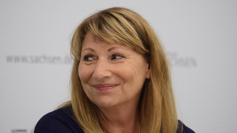 Petra Köpping (SPD), Gesundheitsministerin von Sachsen, sitzt bei einer Pressekonferenz. Foto: Robert Michael/dpa-Zentralbild/dpa/Archivbild
