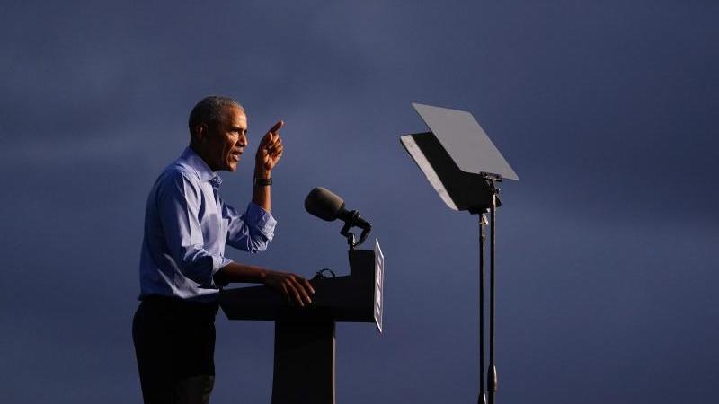 Ex-US-Prsäident Barack Obama greift seinen Nachfolger Donald Trump mit scharfer Kritik an dessen Corona-Politik an. Foto: Matt Slocum/AP/dpa