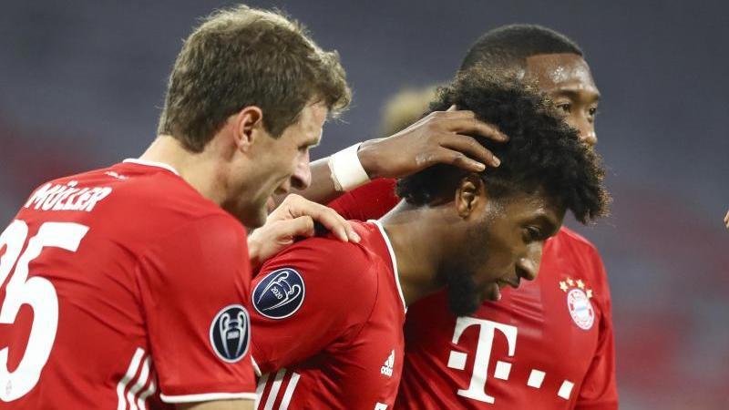 Münchens Matchwinner Kingsley Coman (M) bejubelt sein 4:0 zusammen mit Thomas Müller (l) und David Alaba. Foto: Matthias Schrader/Pool AP/dpa