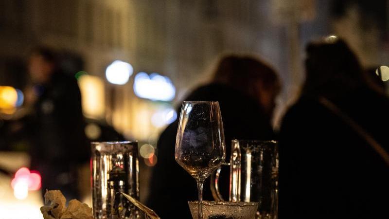 Leere Gläser stehen vor einer Kneipe in Kreuzberg auf dem Tisch. Foto: Paul Zinken/dpa-Zentralbild/dpa/Archivbild
