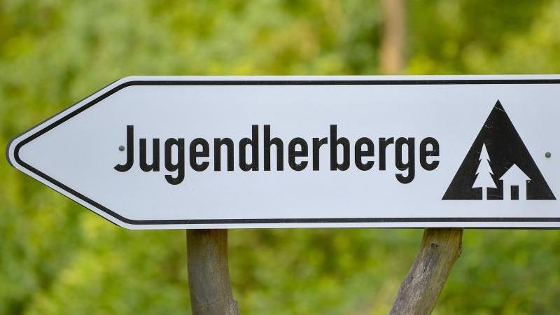 Ein Schild weist den Weg zu einer Jugendherberge. Foto: Patrick Pleul/dpa-Zentralbild/dpa/Archiv/Symbolbild
