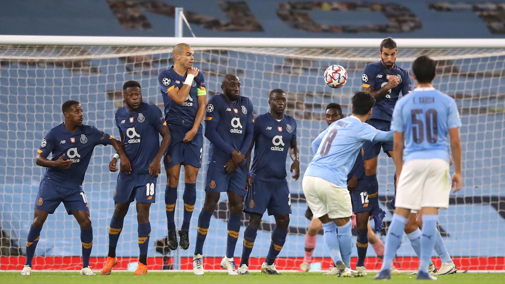 Ilkay Gündogan zirkelt den Ball über die Porto-Verteidiger
