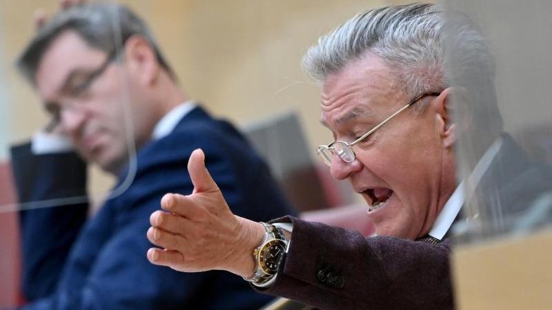 Bayerns SPD-Fraktionschef Horst Arnold (r) spricht vor dem bayerischen Landtag. Foto: Peter Kneffel/dpa