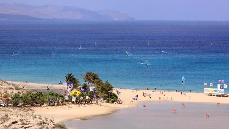 Fuerteventura hat schöne Strände - und viel Wind. Daher kommen auch Windsurfer gerne. Foto: Manuel Meyer/dpa-tmn