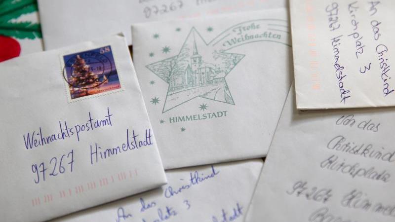 Briefe von Kindern an das Christkind liegen im Weihnachtspostamt. Foto: Daniel Karmann/dpa/Archivbild