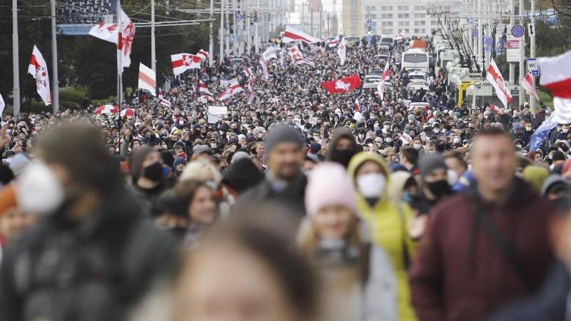 Demonstranten bei einem Protest der belarussischen Opposition in Minsk. Foto: Uncredited/AP/dpa