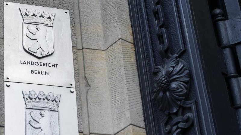 Schilder an der Fassade des Kriminalgerichts Moabit weisen die Staatsanwaltschaft Berlin und das Landgericht Berlin aus. Foto: Sonja Wurtscheid/dpa/Symbol