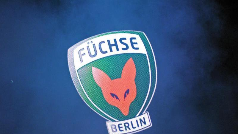 Das Füchse Logo ist an einer Anzeigetafel zu sehen. Foto: picture alliance / dpa/Archiv