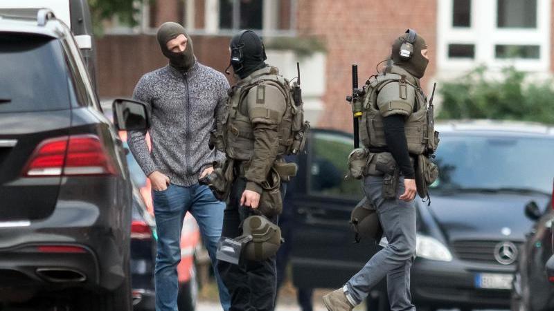 Einsatzkräfte nach einer beendeten Geiselnahme in der JVA Münster. Foto: Bernd Thissen/dpa/Archivbild