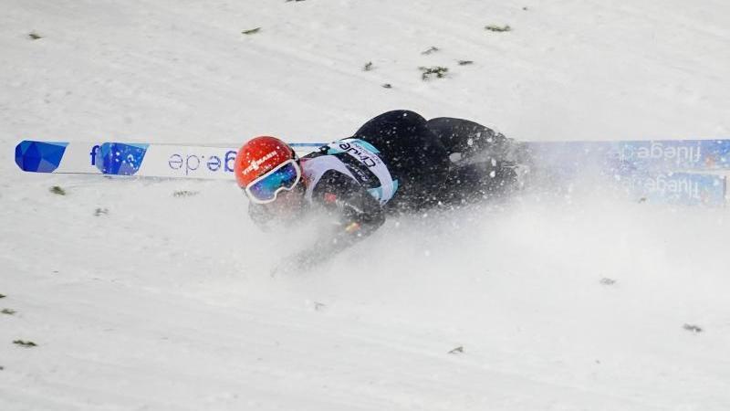 Stephan Leyhe aus Deutschland fällt während des Qualifikationsspringens. Foto: Ole Martin Wold//dpa/Archivbild