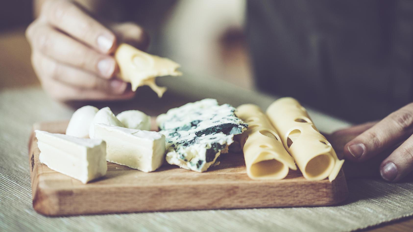 Manche Käsesorten riechen strenger als andere. Woran liegt das genau?