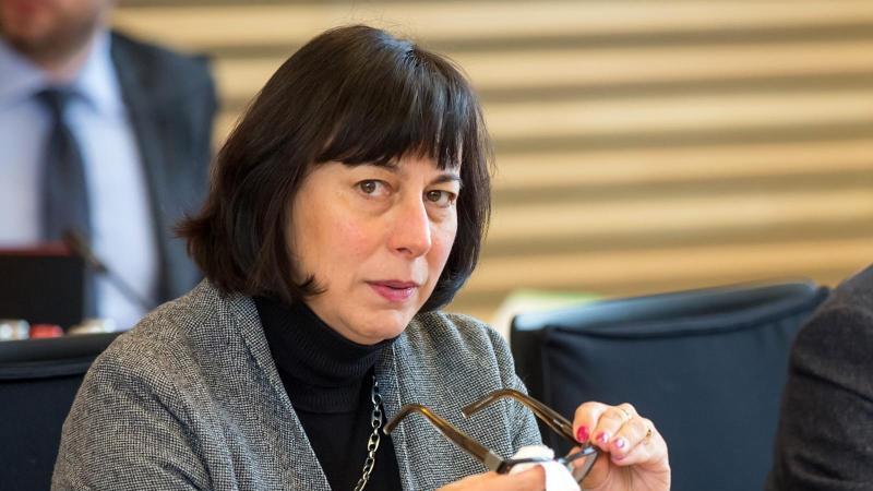 Marion Walsmann putzt sich im Thüringer Landtag die Brille. Foto: arifoto UG/dpa-Zentralbild/dpa/Archivbild