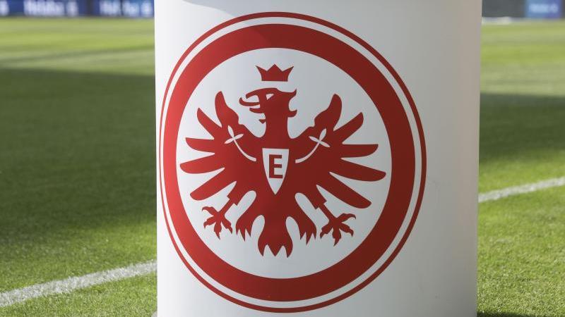 Ein Pult mit dem Eintracht Logo steht auf dem Rasen. Foto: Frank Rumpenhorst/dpa/Symbolbild