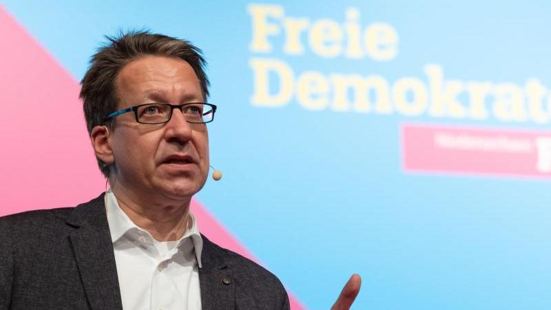 Stefan Birkner, FDP-Landesvorsitzender in Niedersachsen, spricht während eines Parteitages. Foto: Peter Steffen/dpa