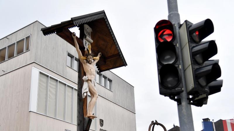 Eine Ampel steht auf Rot. Foto: Barbara Gindl/APA/dpa/Symbolbild