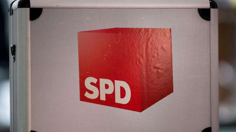 Ein Koffer mit dem Logo der Sozialdemokratischen Partei Deutschlands (SPD) steht auf einem Tisch. Foto: Monika Skolimowska/zb/dpa/Symbolbild