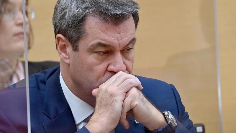 Ministerpräsident Söder (CSU) schaut nachdenklich zu Boden. Foto: Peter Kneffel/dpa