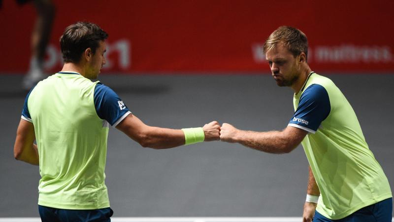 Stehen in Köln im Halbfinale: Kevin Krawietz (r) und Andreas Mies. Foto: Jonas Güttler/dpa