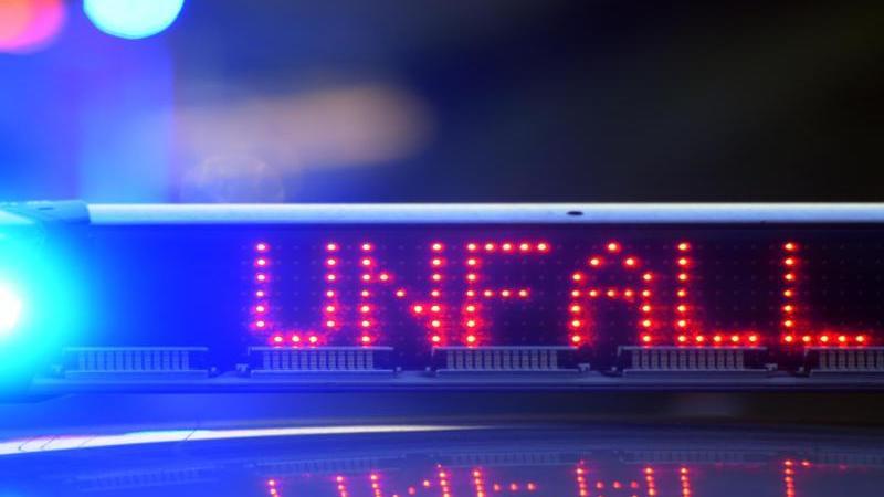 Ein Polizeiauto warnt vor einer Unfallstelle. Foto: picture alliance/Stefan Puchner/dpa/Symbolbild