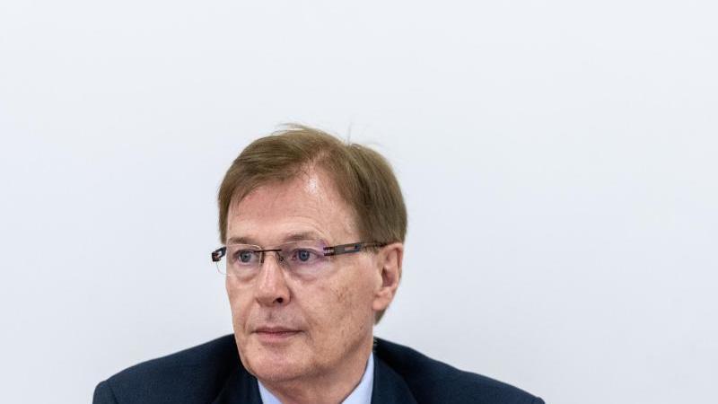 Peter Biesenbach (CDU) bei einer Pressekonferenz. Foto: Fabian Strauch/dpa/Archivbild