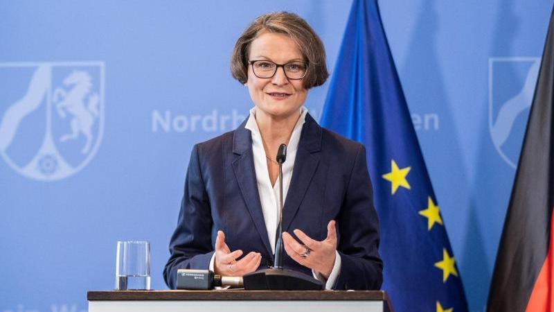 Ina Scharrenbach (CDU) gestikuliert. Foto: Marcel Kusch/dpa
