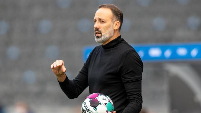 Trainer Pellegrino Matarazzo von VfB Stuttgart hält den Ball in der Hand. Foto: Andreas Gora/dpa/Archivbild