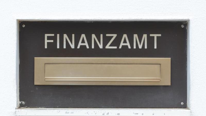 Der Briefkasten eines Finanzamtes ist zu sehen. Foto: Armin Weigel/dpa/Symbol