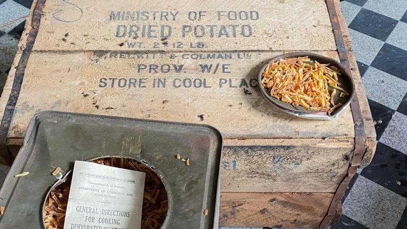 "Kisten mit ""Dried Potato"". Foto: Marius Rügge/Marius Rügge/dpa/Archivbild"