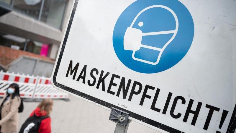 """Ein Schild mit der Aufschrift """"Maskenpflicht"""" steht in der Stadt. Foto: Sebastian Gollnow/dpa/Symbol"""