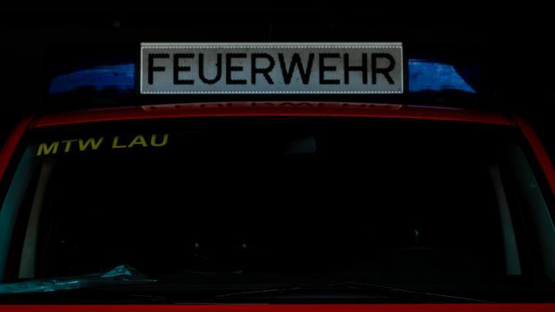 Ein Einsatzfahrzeug der Feuerwehr steht im Gerätehaus. Foto: Moritz Frankenberg/dpa/Symbol