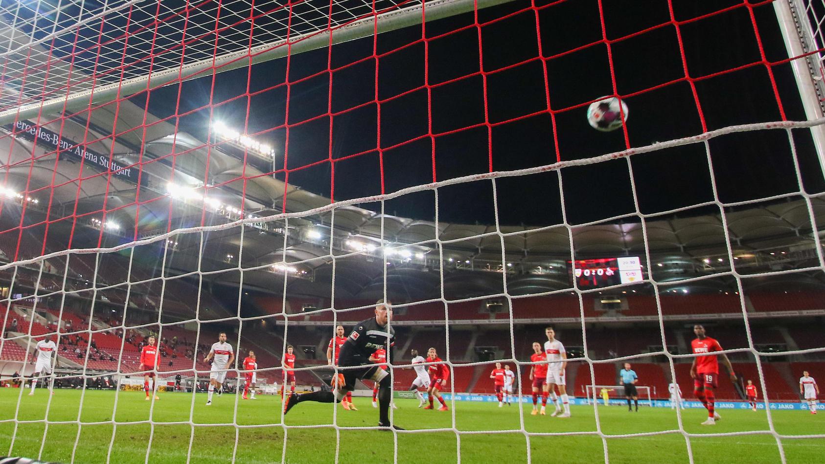 1:0 für Stuttgart - Köln-Keeper Timo Horn schaut dem Ball hinterher.