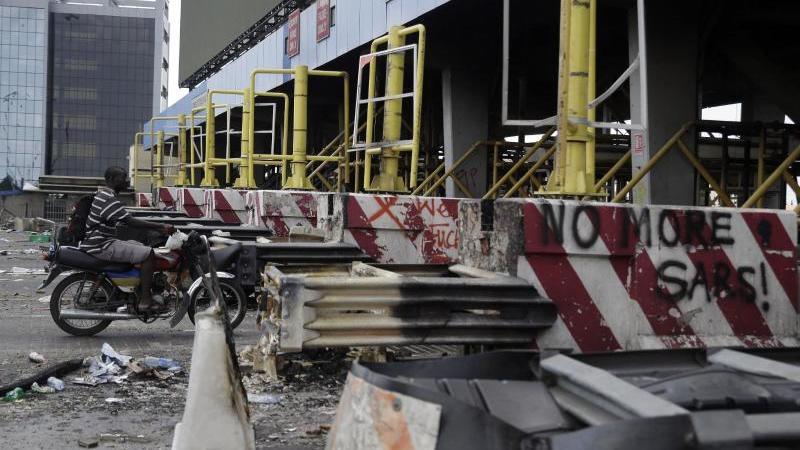 Nach einem Blutbad bei einer Kundgebung gegen Polizeiübergriffe gehen die Proteste in Nigeria unvermindert weiter. Foto: Sunday Alamba/AP/dpa