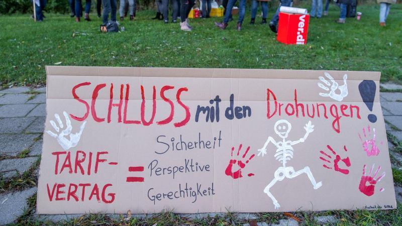 Mitglieder der Gewerkschaft Verdi fordern 4,8 Prozent mehr Lohn für ein Jahr. Foto: Jens Büttner/dpa-Zentralbild/dpa