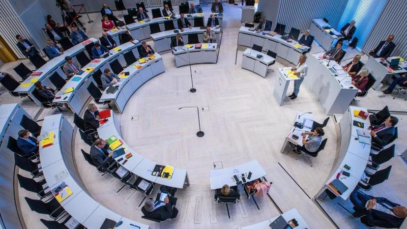 Plenarsaal im Landtag von Mecklenburg-Vorpommern. Foto: Jens Büttner/dpa-Zentralbild/dpa/Archivbild