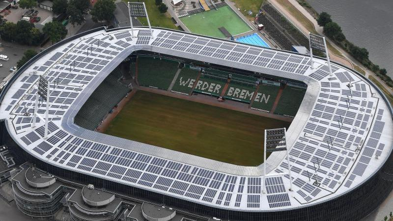 Die Luftaufnahme zeigt die Solaranlagen auf dem Weserstadion. Foto: Carmen Jaspersen/dpa/Archivbild
