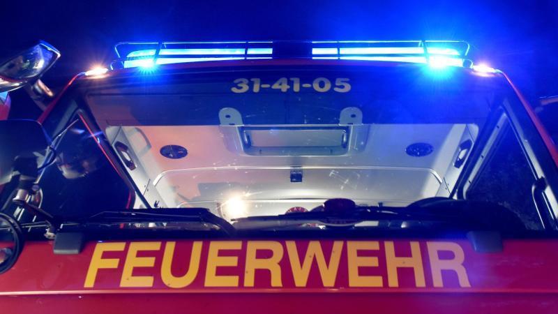 Ein Löschfahrzeug der Feuerwehr steht mit eingeschaltetem Blaulicht. Foto: picture alliance/Carsten Rehder/dpa/Symbolbild
